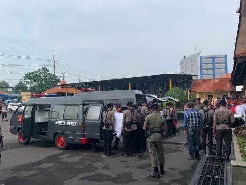 Penyerahan Jenazah Anggota Polisi yang Gugur Tersambar Petir saat Pendidikan di Gunung Ringgit, Jatim (foto: Ist)