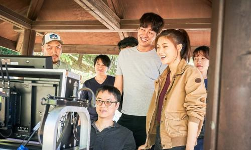Kim Young Kwang dan Lee Sun Bin saat syuting film Mission Possible. (Foto: Hancinema)