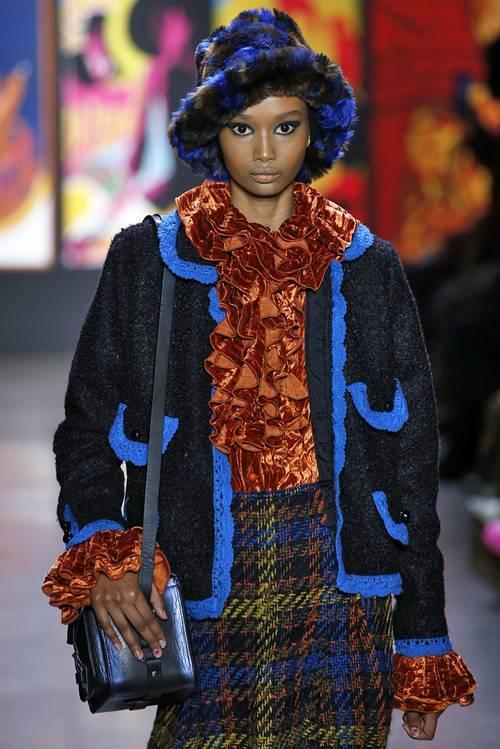 Contohnya seperti yang hadir di panggung runway pagelaran busana rumah mode Anna Sui.
