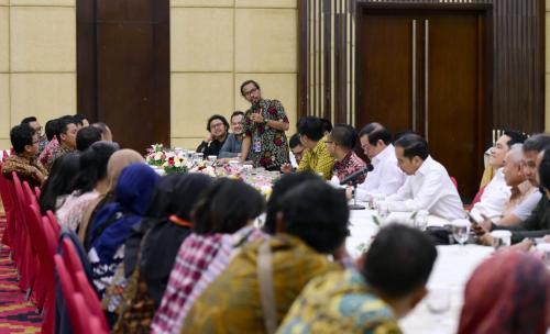 Jokowi bersama wartawan tengah berbincang Foto: Fakhrizal Fakhri)