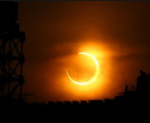Gerhana Matahari Cincin (GMC) merupakan fenomena alam yang dapat disaksikan oleh penduduk di Bumi.