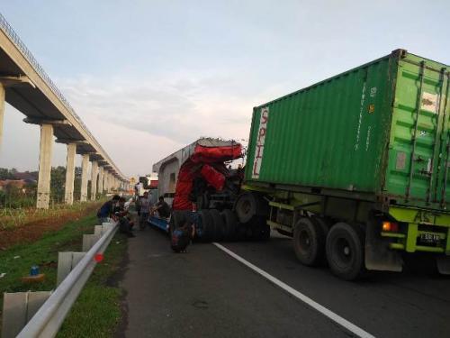 Kontainer tabrak truk beton di KM 11+700 Jalan Tol Jagorawi. (Foto: @TMCPoldaMetro)