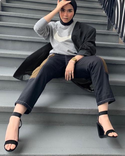 Musim Hujan Ini Outfit Hijab Dengan Sweater Hoodie Cocok Untuk Kamu Okezone Muslim