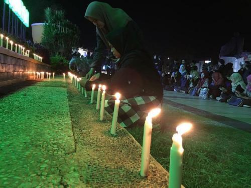 Seribu lilin untuk mahasiswa di Bengkulu yang tewas dibunuh secara sadis (Foto : Okezone.com/Demon)