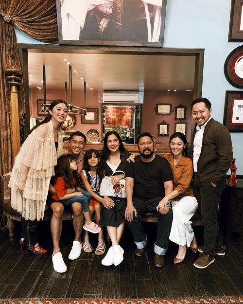 Naysila Mirdad dan keluarga besar