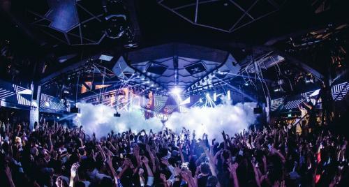 dengan dekorasi yang menarik serta hiburan musik dari DJ papan atas dunia.