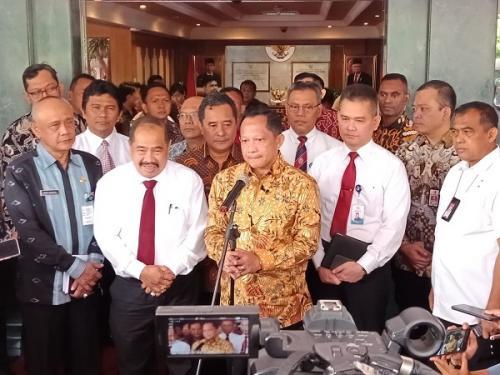Ketua PPATK Kiagus Badarudin dan Mendagri Tito Karnavian di Kemendagri, Jakarta (Foto : Okezone/M Rizky)