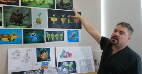Chief Creative Officer MNC Animation Larry Whitaker sedang menunjukkan gambar-gambar animasi olahan para animator di ruang kerjanya di Studio MNC Animation, Kebun Jeruk, Jakarta. Foto : Okezone.com/ Abdi S