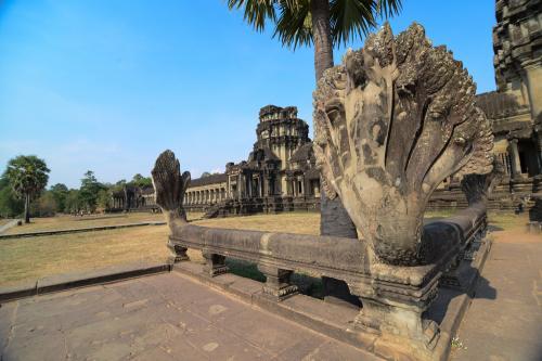 Dalam mitologi Buddha dan Hindu ular digambarkan dengan banyak kepala.