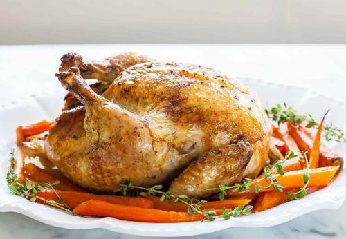 Menikmati ayam lezat