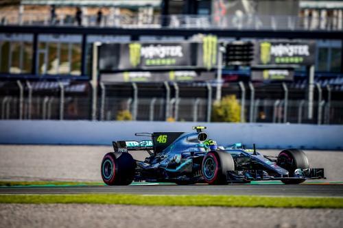 Valentino Rossi naik mobil Lewis Hamilton (Foto: Yamaha MotoGP)