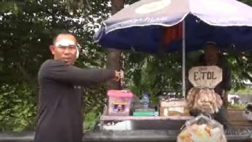 Pedagang kopi Agus Sumpena menunjukkan lokasi dirinya diberondong tembakan di depan GT Padalarang. (Foto: Yuwono/iNews.id)
