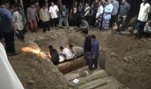 Jenazah para korban kecelakaan di Tol Cipali dimakamkan secara massal (foto: iNews.id)