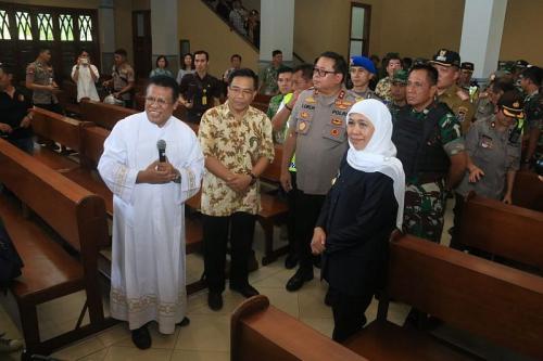 Gubernur Jawa Timur Khofifah Indar Parawansa Tinjau Pengamanan Gereja di Surabaya, Jatim (foto: Okezone/Syaiful Islam)
