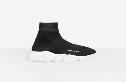 sepatu sneaker warna hitam polos yang sangat hits di kalangan generasi milenial ini.