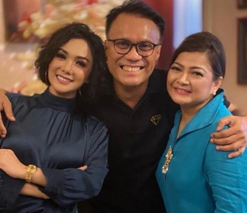 Yuni Shara silaturahmi Natal bersama mantan suami dan Nur Afni Octavia. (Foto: Instagram/@yunishara36)