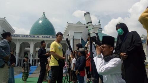 Warga melihat gerhana matahari cincin di Masjid Nasional Al Akbar Surabaya, Kamis (26/12/2019). (Foto: iNews/Ihya 'Ulumuddin)