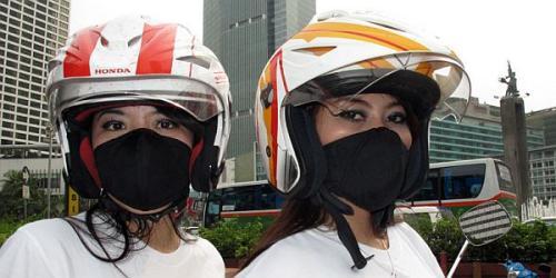Bikers gunakan masker