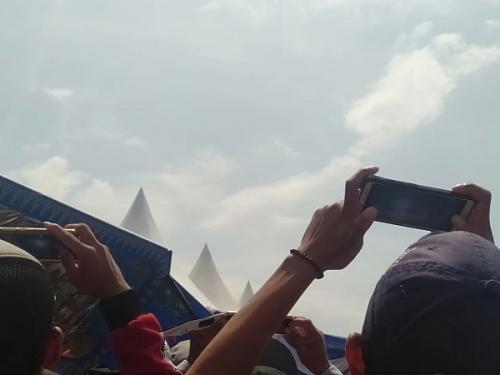 Warga berkumpul untuk menyaksikan gerhana matahari cincin (GMC) di Kampung Bunsur, Kabupaten Siak, Riau, Kamis (26/12/2019). (Foto : Okezone.com/Banda Haruddin Tanjung)