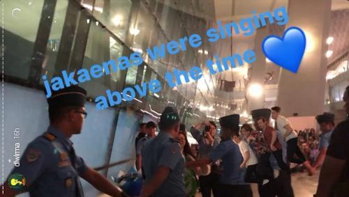 IU tiba di Bandara Soetta pada Kamis malam (26/12/2019) dan mendapat sambutan meriah para penggemarnya. (Foto: Instagram/@dlwlrma)