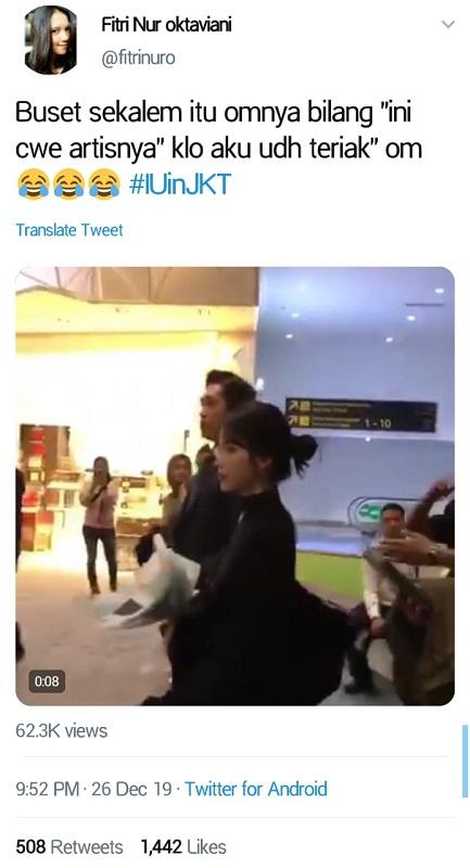 Selain dikawal petugas bandara, IU juga selalu didampingi pengawal setianya. (Foto: Twitter/@fitrinuro)