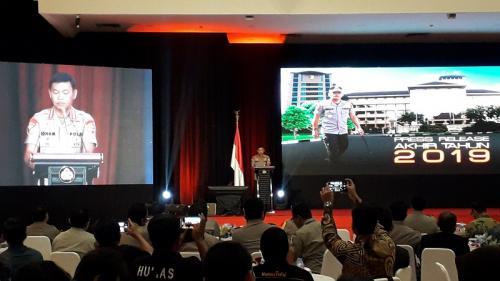 Kapolri Jenderal Idham Azis membeberkan capaian kinerja Polri pada 2019 di Auditorium PTIK, Kebayoran, Jakarta Selatan, Sabtu (28/12/2019). (Foto : Okezone.com/Arie Dwi Satrio)