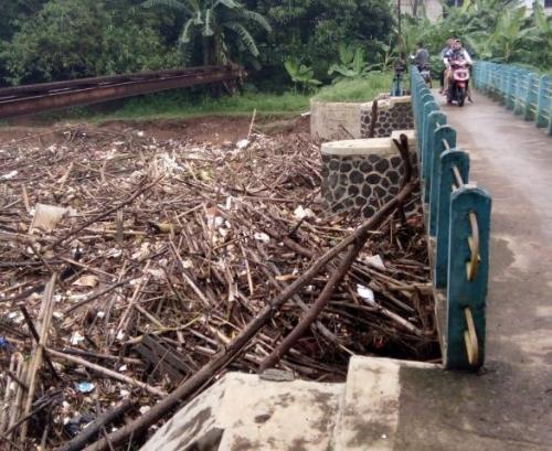 sampah sumbat muara CBL Bekasi Foto: BNPB