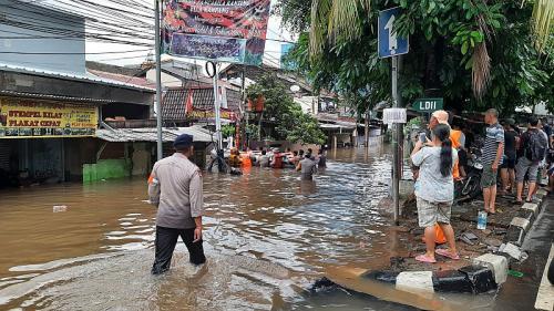 Permukimam Pela Mampang Terendam, Warga Butuhkan Bantuan Logistik (foto: Okezone/Ady Prawira)