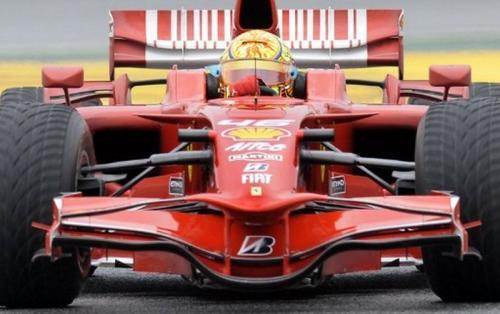 Valentino Rossi pernah mengendarai mobil Scuderia Ferrari