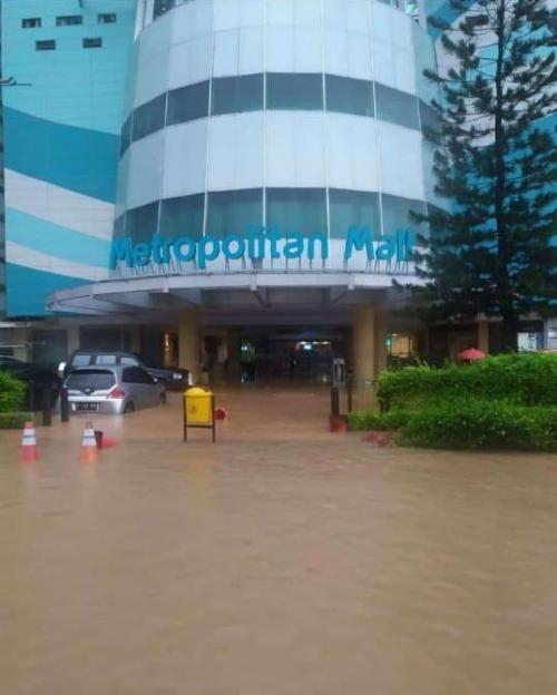 Metropolitan Mal Bekasi Tergenang Banjir (foto: Ist)