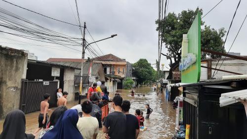Warga gunakan gerobak untuk melintasi banjir yang merendam permukiman di Pondok Jaya, Mampang Prapatan, Jakarta Selatan, Rabu (1/1/2020). (Foto : Okezone.com/Ady Prawira)