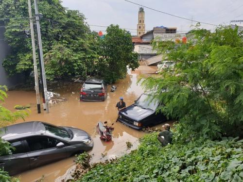 Mobil terendam banjir matik