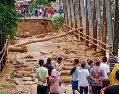 Jembatan yang menghubungkan Kecamatan Sajira dan Muncang putus diterjang banjir yang melanda Lebak, Banten. (ist)