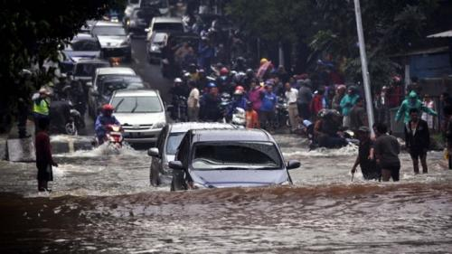 Mobil libas banjir di Jakarta