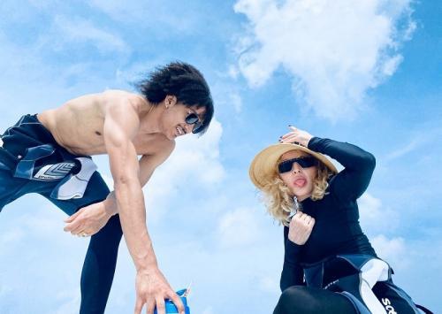 Madonna berlibur ke Miami bersama lima anak dan pacar berondongnya. (Foto: Instagram/@madonna)