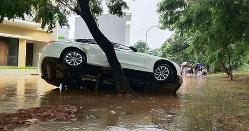 Penampakan Mobil Mewah Terseret Banjir dan Nyangkut di Pohon (foto: Instagram/@yoesdianto)