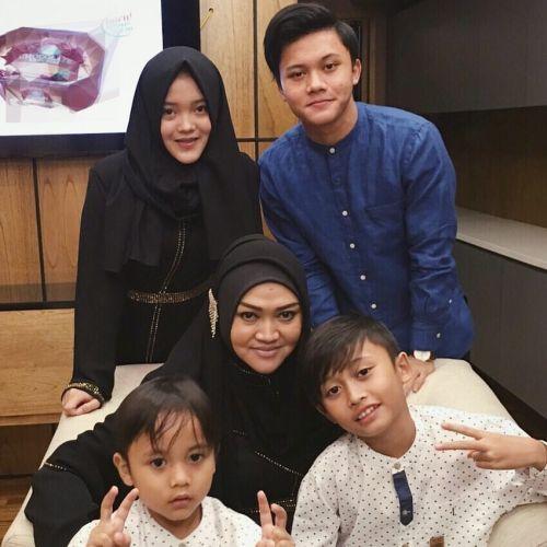Lina Jubaedah dan anak-anaknya. (Foto: Instagram)