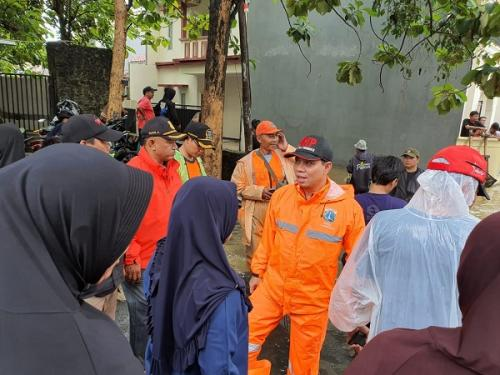 Anggota Komisi A DPRD DKI Purwanto tinjau banjir di Jagakarsa (ist)
