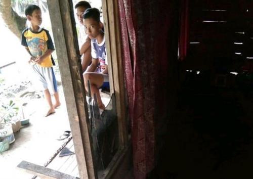 TKP Rumah yang Kacanya Dipukul Mahasiswa di Ngawi (foto: Ist)