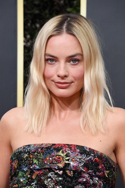 Sontek tatanan rambut effortless ala aktris cantik terkenal Margot Robbie satu ini.