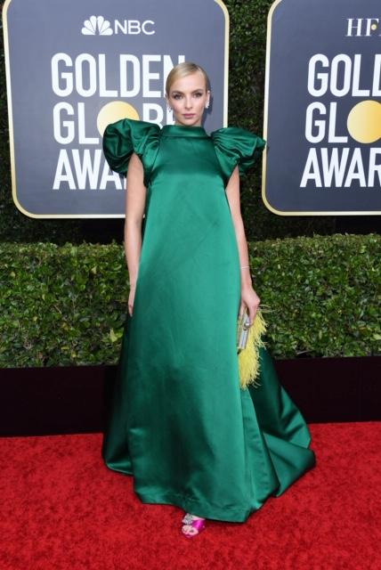 Gaun mewah ini dipadukan Jodie bersama perhiasan berlian dan dan clutch bag chic dari Jimmy Choo.