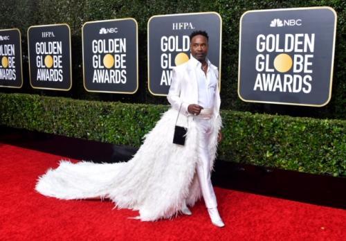 Hadir di Golden Globes 2020 dalam balutan tuxedo putih beraksen ekor bulu-bulu.