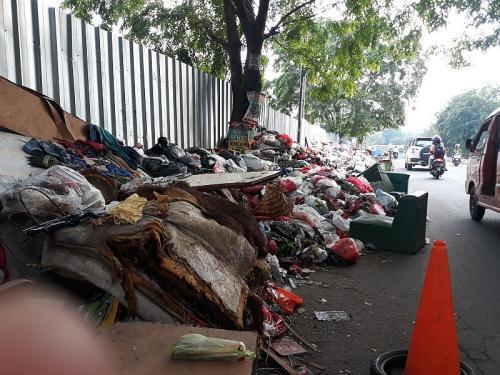Sampah Sisa Banjir Jadi Masalah Baru di Bekasi (foto: Okezone/Wisnu Yusep)