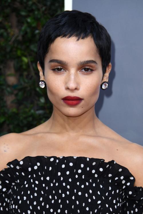 merah terang maka di bagian lain di wajah dipulas makeup gaya minimalis.