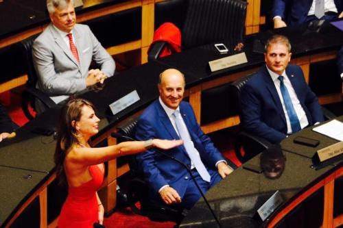 Dia baru saja membuat heboh, karena pilihan setelan outfit yang ia pakai saat sidang parlemen.