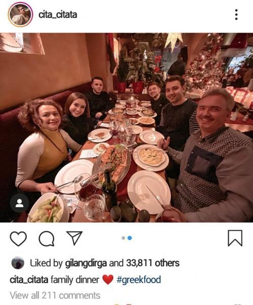 Cita Citata dan keluarga sang pacar. (Foto: Instagram/@cita_citata)