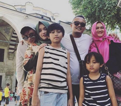 Lina Zubaedah Bersama Sule dan Keluarga (foto: Ist)