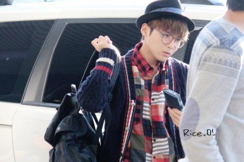 Bukan dari bajunya saja yang kece, Ryeowook juga membawa tas ransel hitam, pakai topi bulat, gemas deh!