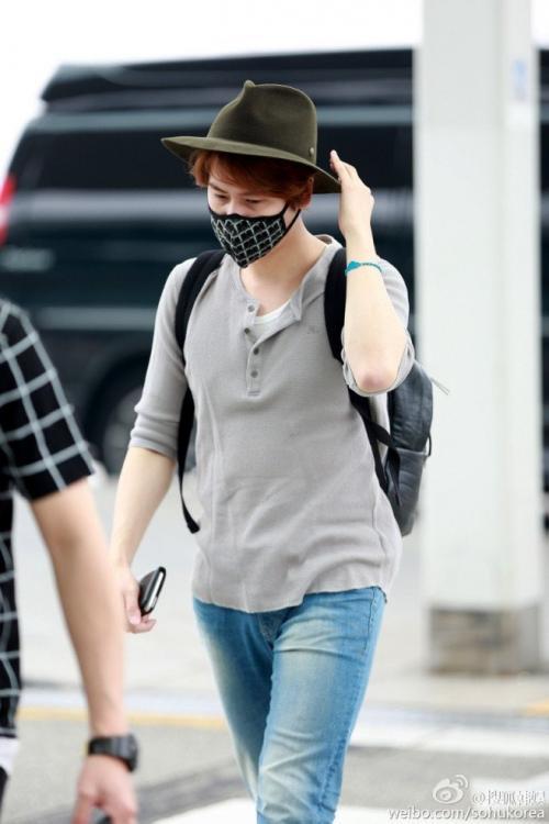 Sama dengan Yesung, Cho Kyuhyun pilih pakai masker saat di airport.
