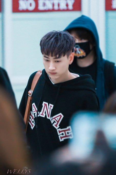 Kalau Eunhyuk lebih nyaman mengenakan sweater hitam yang simpel.